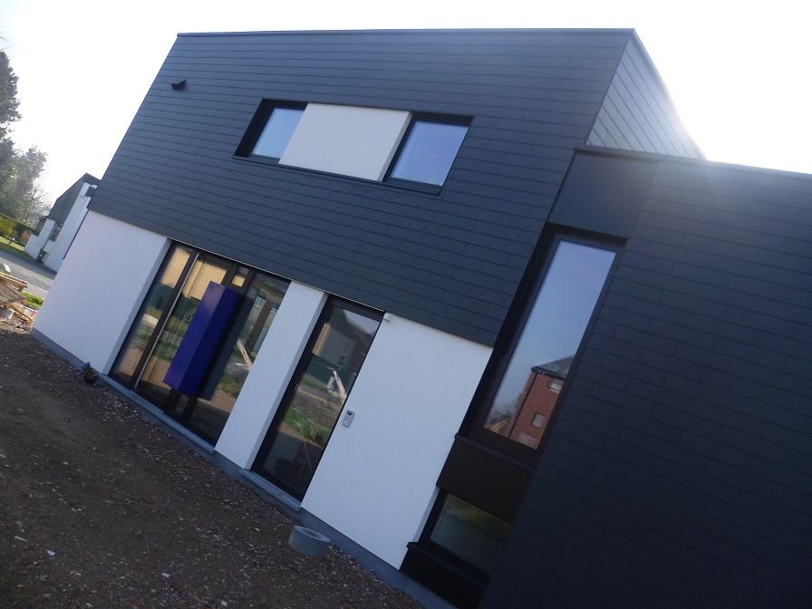 Inkom van de nieuwbouw woning met tandartsenpraktijk in leien en pleister. Een realisatie van creja architectuur.