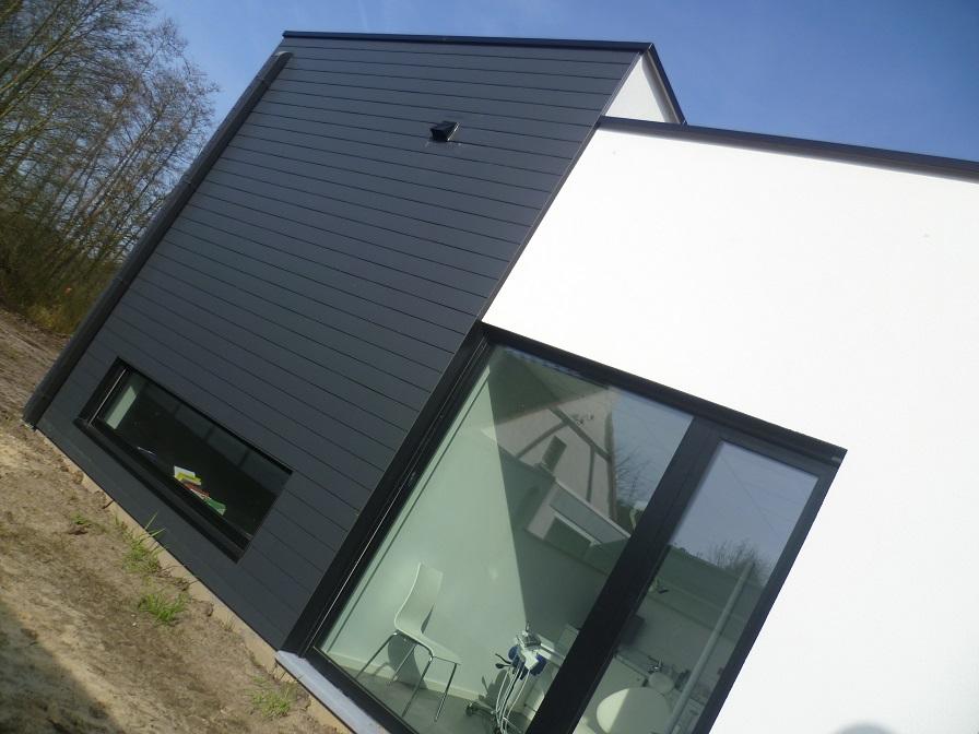 Combinatie leien en pleister in nieuwbouw houtskeletwoning te Stokrooie. Een realisatie van creja architectuur.
