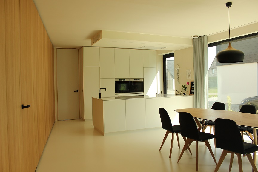 Lichtrijke leefruimte en keuken in moderne nieuwbouw eengezinswoning te Stokrooie. Ontworpen door creja architectuur.