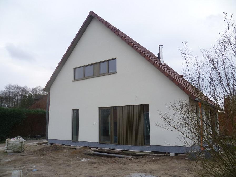 Voorgevel modern gerenoveerde woning in pleister te Stokrooie. Gerealiseerd door creja architectuur.