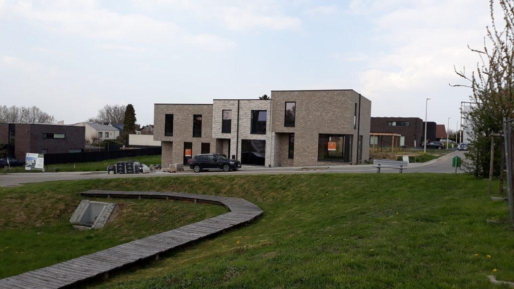 Voorgevel van drie moderne geschakelde groepswoningen te Borgloon. Een project van creja architectuur.